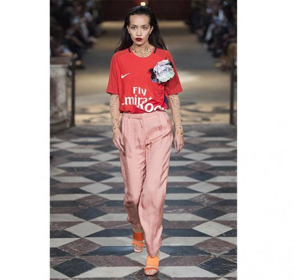 6a2375415656f إعتماد الملابس باللون الأحمر والزهريّ معاً  صيحة ملفتة ورائجة جداً هذا  الموسم