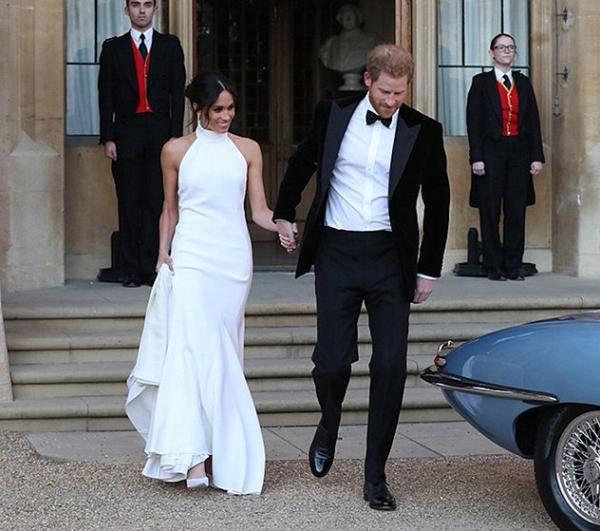 829f661d18115 صور إطلالة ميغان ماركل الثانية  فستان زفاف بسيط وخاتم الأميرة ديانا في  إصبعها