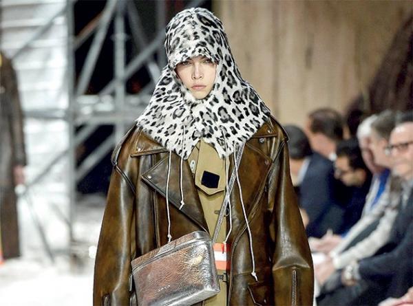 763da61949407 مجلة زهرة السوسن - الحجاب يدخل عالم الموضة من الباب العريض