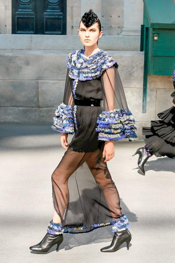 429d8bd59e2a8 عرض Chanel للخياطة الراقية لخريف 2018  إطلالات مستمدّة من مشاهد وأصوات  باريسيّة
