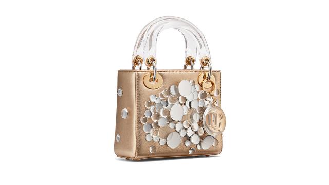 fb10c8b9642a3 مجلة زهرة السوسن - حقيبة Lady Dior بحلّة جديدة من تصميم 12 فنّانة من ...