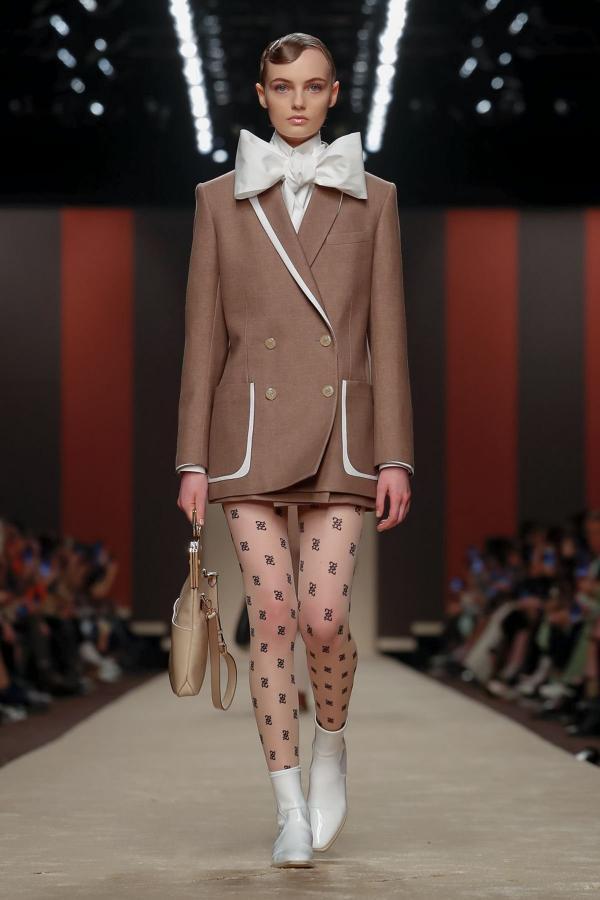 cce6cf548412c مجلة زهرة السوسن - عرض Fendi لخريف 2019 ضمن أسبوع الموضة في ميلانو  مزيج  بين الأنثويّ والذكوريّ بلمسة من الستينيات