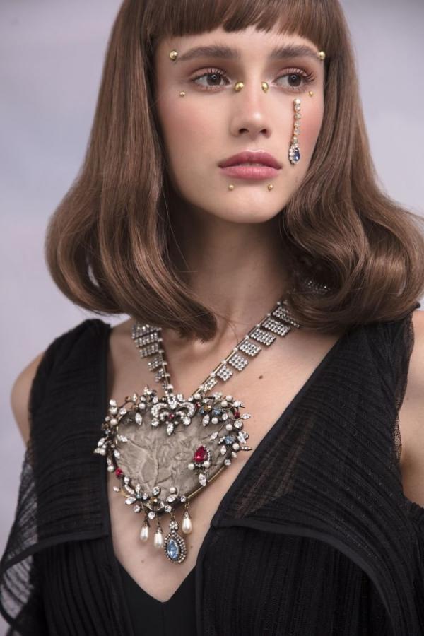fd8c88217 مجلة زهرة السوسن - أجمل 10 اكسسوارات رأس لكل سيّدة فقدت شعرها بعد ...